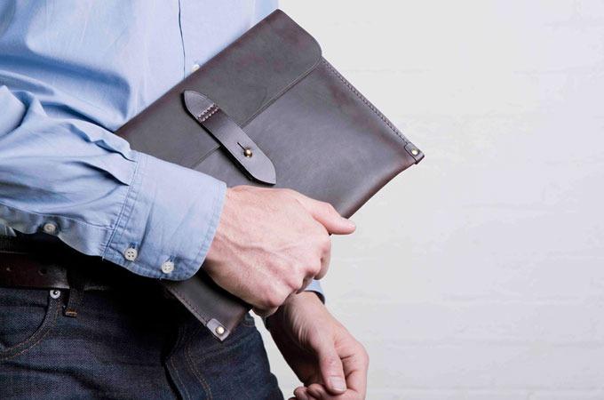 Medium_cherchbi-ipad-sleeve-in-oiled-leather-english-saddle-leather-trim_1